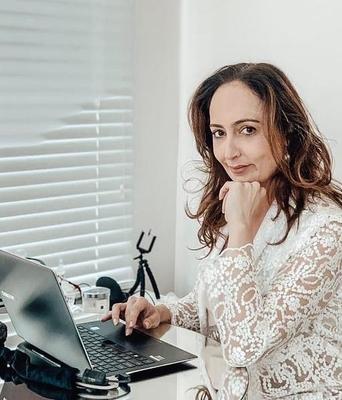 Dra.Debora Cristina Campozan