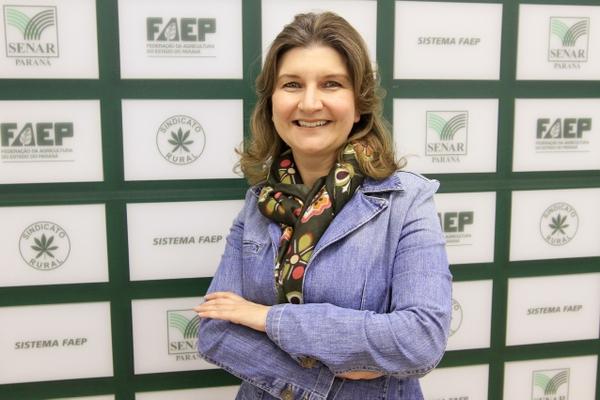 Elisangeles Baptista de Souza, Especialista